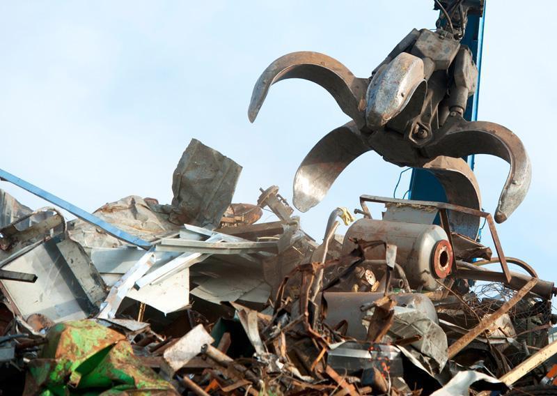 Koparka niszcząca metal nazłomie